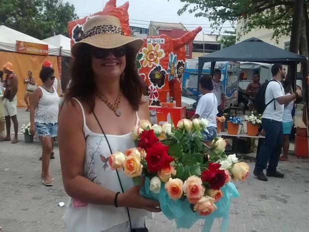 Devota Rita Santos optou por flores e frutas na hora de escolher os presentes para a 'Rainha do Mar' (Foto: Rafael Teles / G1)