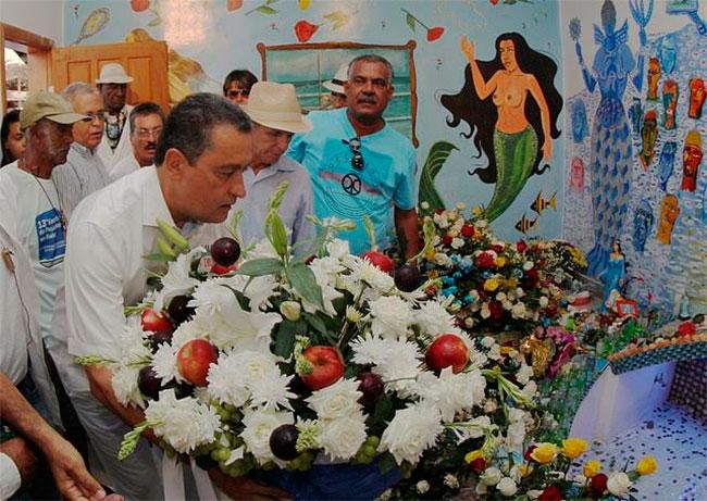 Rui deixou um cesto com flores com alfazema para Iemanjá (Foto: Manu Dias | Divulgação | GovBa)