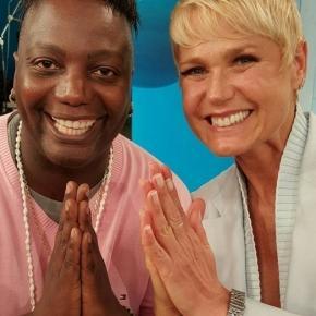 Xuxa faz gesto de fé ao lado de Guru