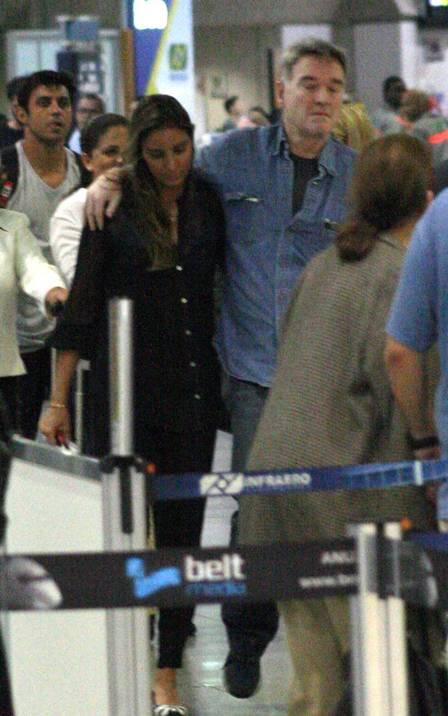Eike Batista acompanha o embarque da mulher, Flavia Sampaio, e do filho, Balder: avião de carreira Foto: Lindson Junior / Agência O Globo