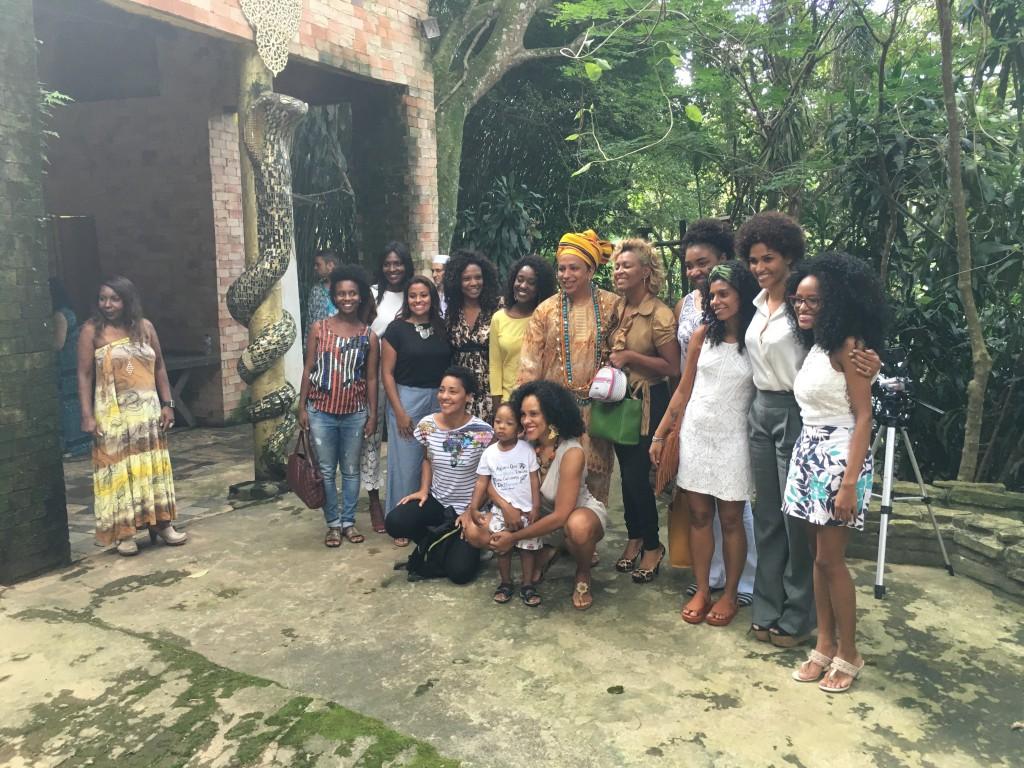 Pai Karlito posa diante do quarto de Oxumarê, cercado pelas Negras Empoderadas – a consulesa Alexandra Loras é a penúltima à direita