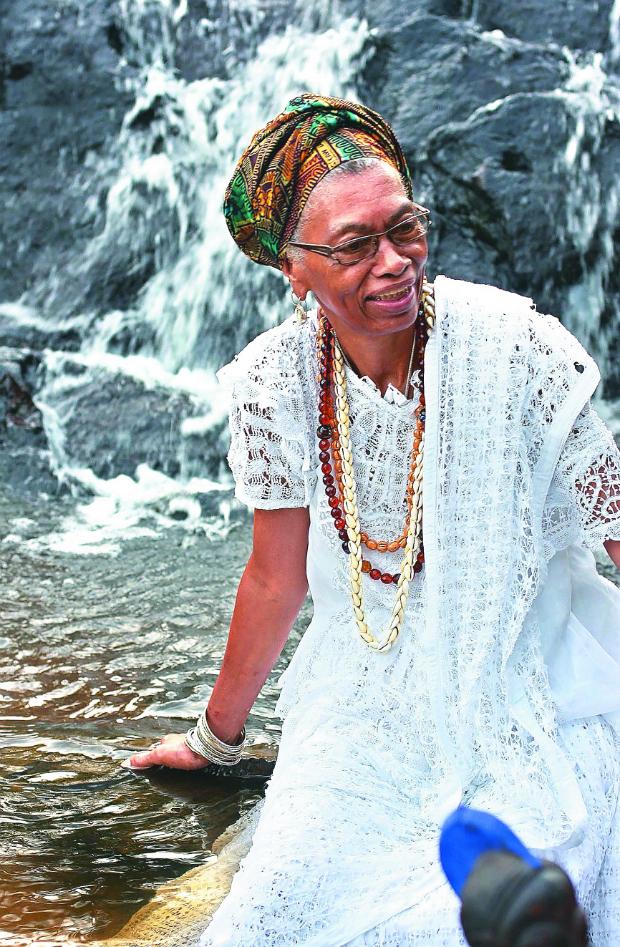 Mãe Sinha é equede no Terreiro Casa Branca, primeira casa de candomblé aberta em Salvador, tombada pelo Iphan em 1986(Foto: Dadá Jaques/Divulgação)