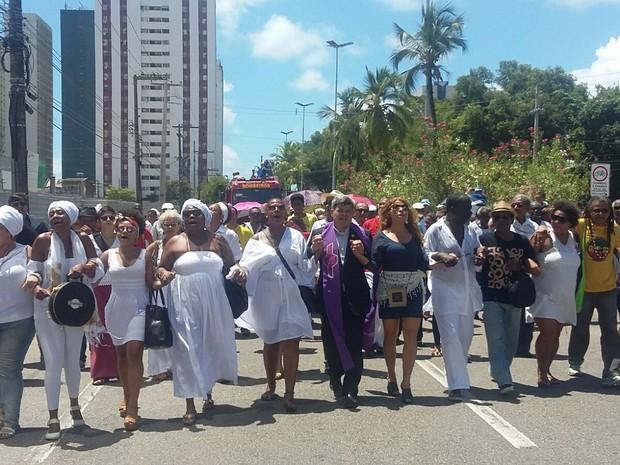 Amigos e familiares seguem a pé da Assembleia em direção ao cemitério (Foto: Artur Ferraz/G1)