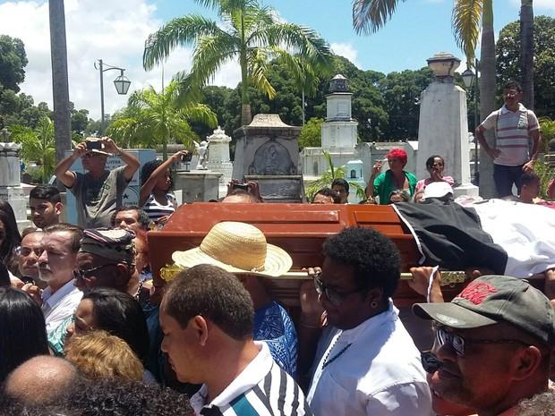 Corpo de Naná Vasconcelos chega ao Cemitério de Santo Amaro (Foto: Artur Ferraz/G1)