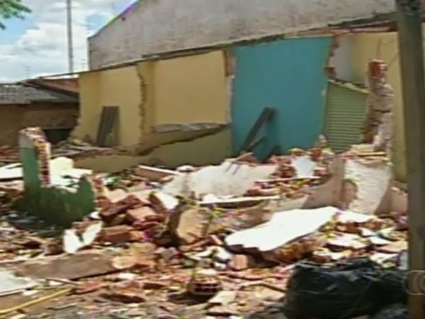 Imóvel onde funcionava centro de candomblé foi totalmente destruído (Foto: Reprodução/TV Anhanguera)