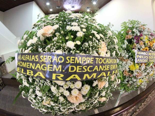 Coroa de flores enviada por Elba ao velório de Naná Vasconcelos (Foto: Aldo Carneiro/Pernambuco Press)