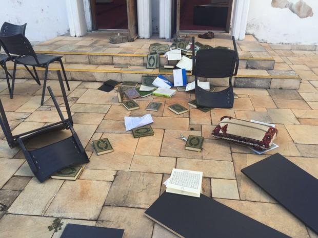 Livros e cadeiras jogados para fora da mesquita (Foto: Reprodução)