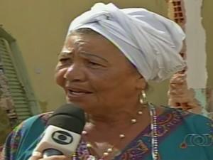 Noemi está revoltada com destruição de centro de candomblé (Foto: Reprodução/TV Anhanguera)