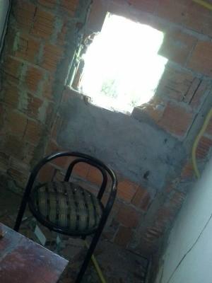 Parede de cozinha em construção foi arrombada por criminosos (Foto: Andréia Araújo/ Arquivo pessoal)