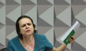 """Janaina Paschoal se emocionou ao sacudir um exemplar da Constituição, chamando-o de """"livro sagrado"""" - Andre Coelho / Agência O Globo"""