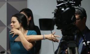 Jurista se alonga antes da falar na comissão do impeachment do Senado - Andre Coelho / Agência O Globo