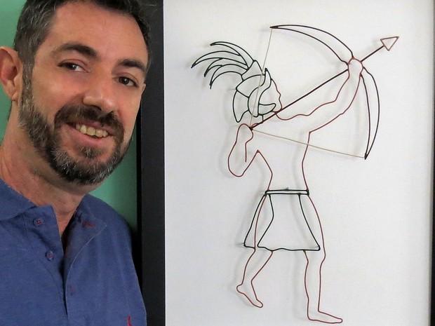 Designer Tayo Cunha ao lado de uma das obras da exposição 'Orixás' em Piracicaba (Foto: Divulgação)