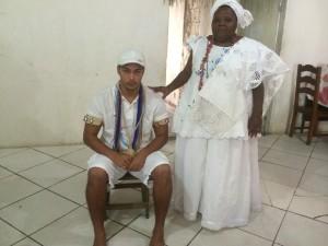 Patric e a mãe de santo Dofona de Omulu onde rapaz está recolhido para a realizações de ritual (Foto: Janaína Carvalho / G1)