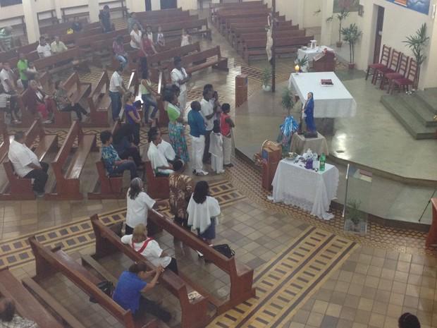 Fiéis durante ladainha que antecedeu na Missa Afro em Macapá (Foto: Jéssica Alves/Site)