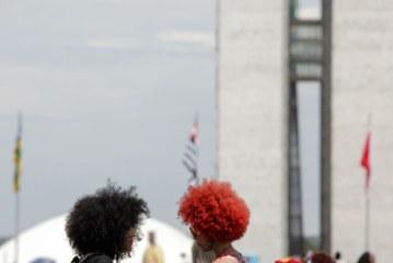 Estudantes promovem reflexão sobre cabelos afro em mostra na UnB