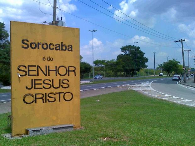 Totem instalado na entrada de Sorocaba com mensagem religiosa (Foto: Eduardo Ribeiro Jr./Site)