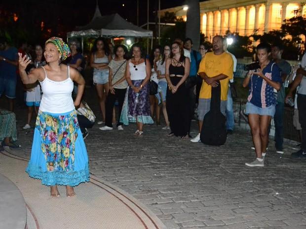 Coordenadora do projeto Maria Clareth Reis dança durante apresentação cultural (Foto: Divulgação/ Neabi)