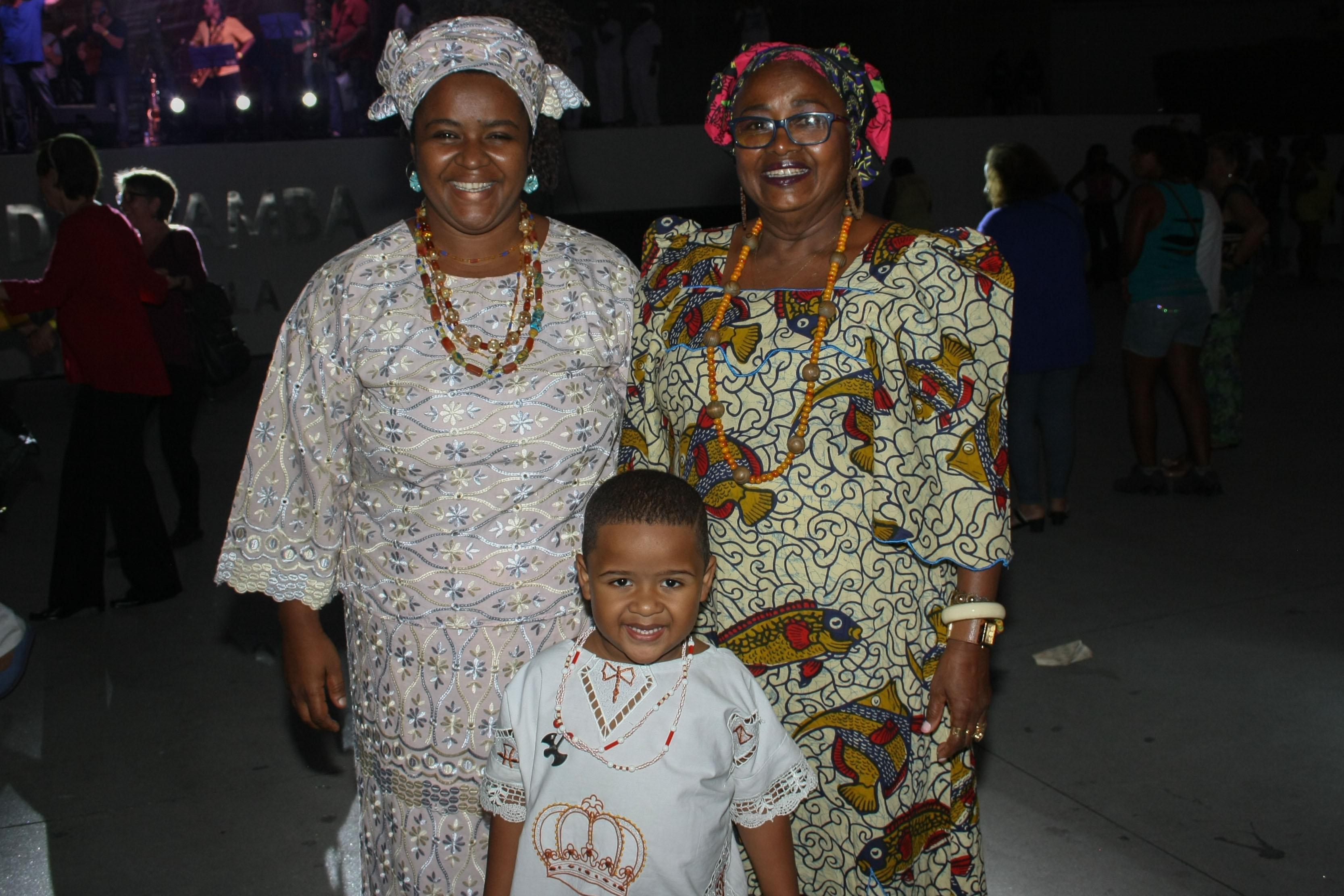 - 3 gerações cultuando os orixás. O pequeno Luis Cláudio, de 4 anos, ao lado da mãe Margarida dos Anjos e da avó Maria de Xangô.