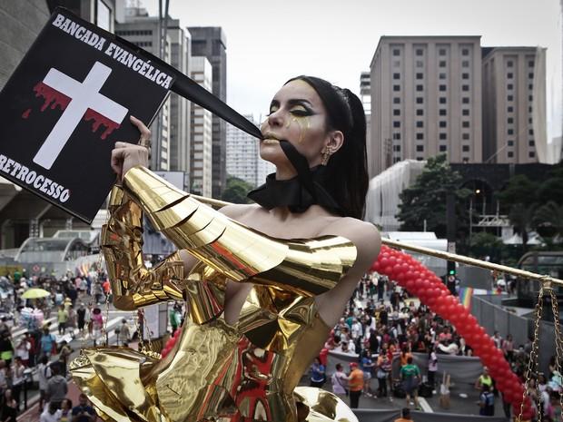 Transexual Viviany Beleboni usa fantasia em protesto contra a bancada evangélica e a Justiça (Foto: Caio Kenji/G1)