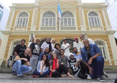 Elenco em frente ao Teatro Municipal de Niterói Foto: Fabio Guimaraes / Extra