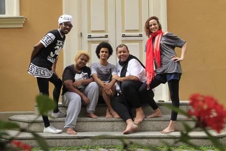 Kadú Monteiro (de turbante branco) é responsável pelas músicas do espetáculo Foto: Fabio Guimaraes / Extra