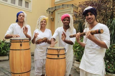 Músicos do espetáculo vão usar instrumentos de origem africana para embalar a história Foto: Fabio Guimaraes / Extra