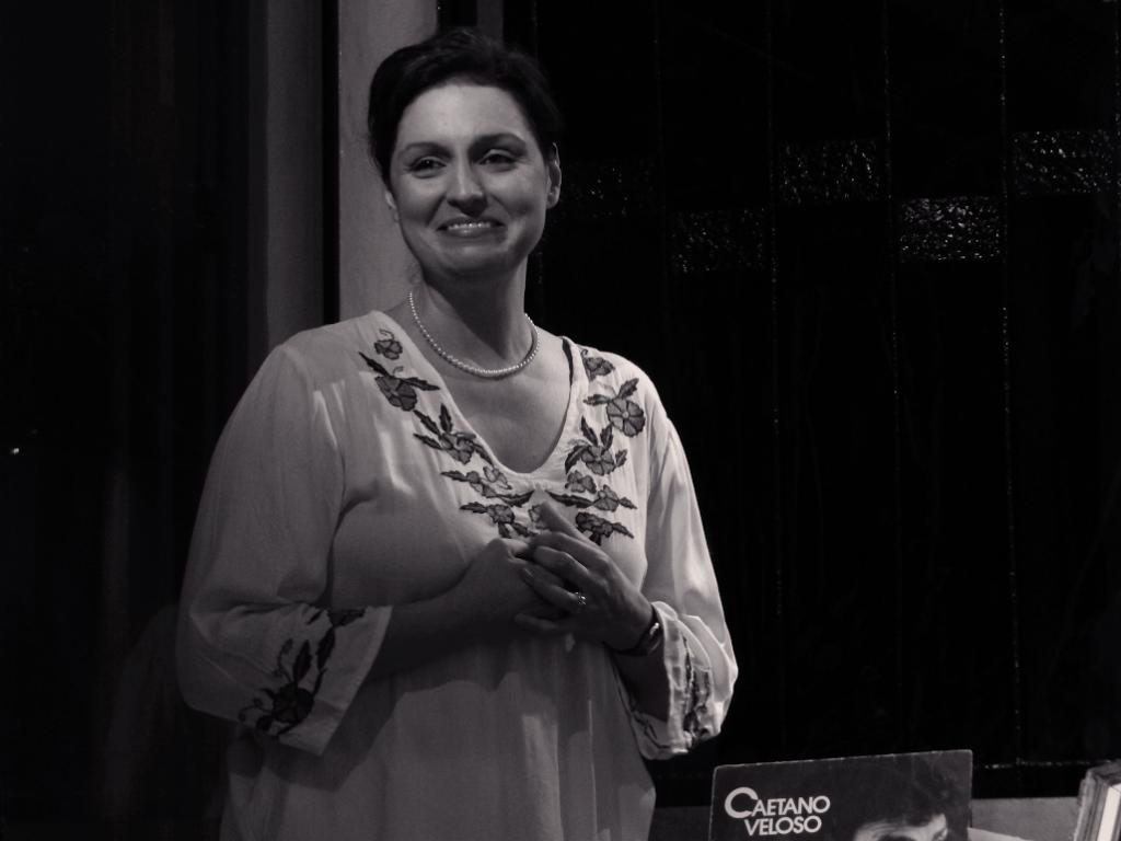 Luciana Borghi interpretando Zélia Gattai