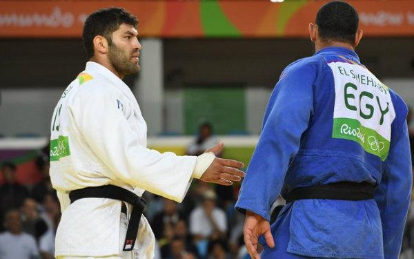 Sasson estendeu a mão, e Shehaby virou o rosto