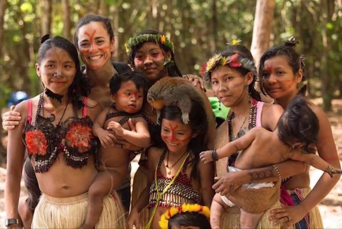 Alice ama praias e sempre que pode visita as de Salvador (Foto: Arquivo pessoal) Alice Braga conheceu causa do povo Munduruku (Foto: Arquivo pessoal)