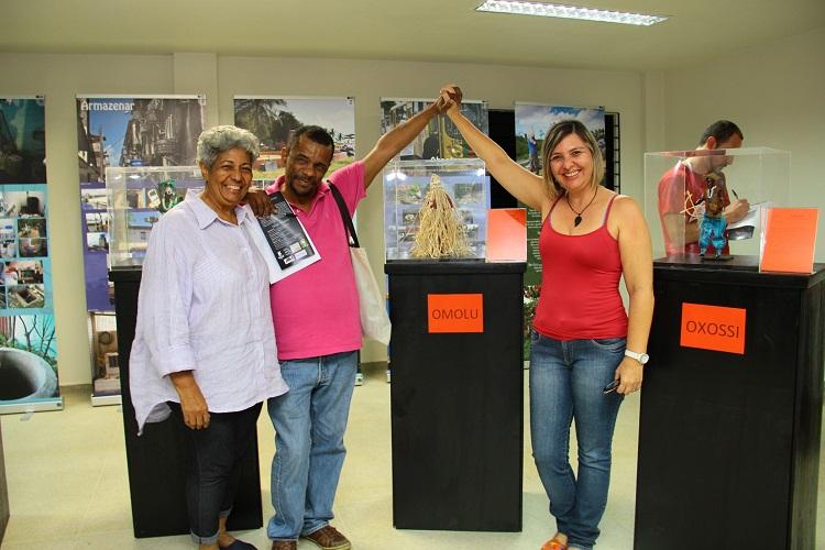 L'Hosana Tavares ao lado da orientadora Verônica Cavalcante durante realização da exposição