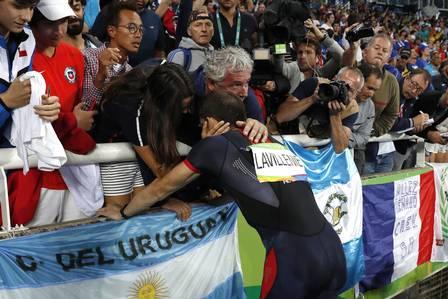 Renaud Lavillenie é consolado pelo técnico após a derrota Foto: ADRIAN DENNIS / AFP