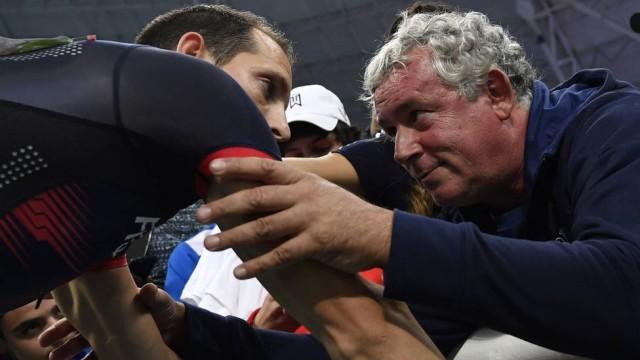 O técnico Philippe d'Encausse com Renaud Lavillenie Foto: FABRICE COFFRINI / AFP Extra