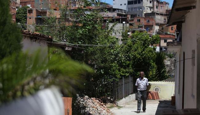 Raul Spinassé | Ag. A TARDE Pai Emetélio no Terreiro Tumba Junçara, cercado por construções no bairro do Engenho Velho de Brotas