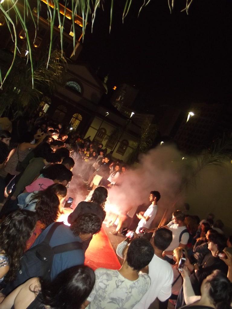 Performance de Ronald Duarte. Ponto de fogo para Exú.