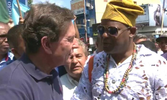 Em Madureira, Crivella encontra o pai de santo Douglas Penha durante ato de campanha - Reprodução TV Globo / Reprodução/TV Globo