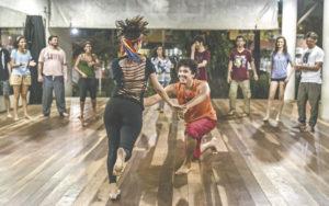 """Oficina """"Dança dos Orixás"""": ação integra projeto de extensão da Unilab e será seguido de roda de capoeira ( Foto: Cláudia Rodrigues/divulgação )"""