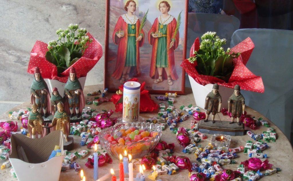 Os santos são considerados protetores das crianças, por isso é comum a distribuição de doces Foto: Divulgação