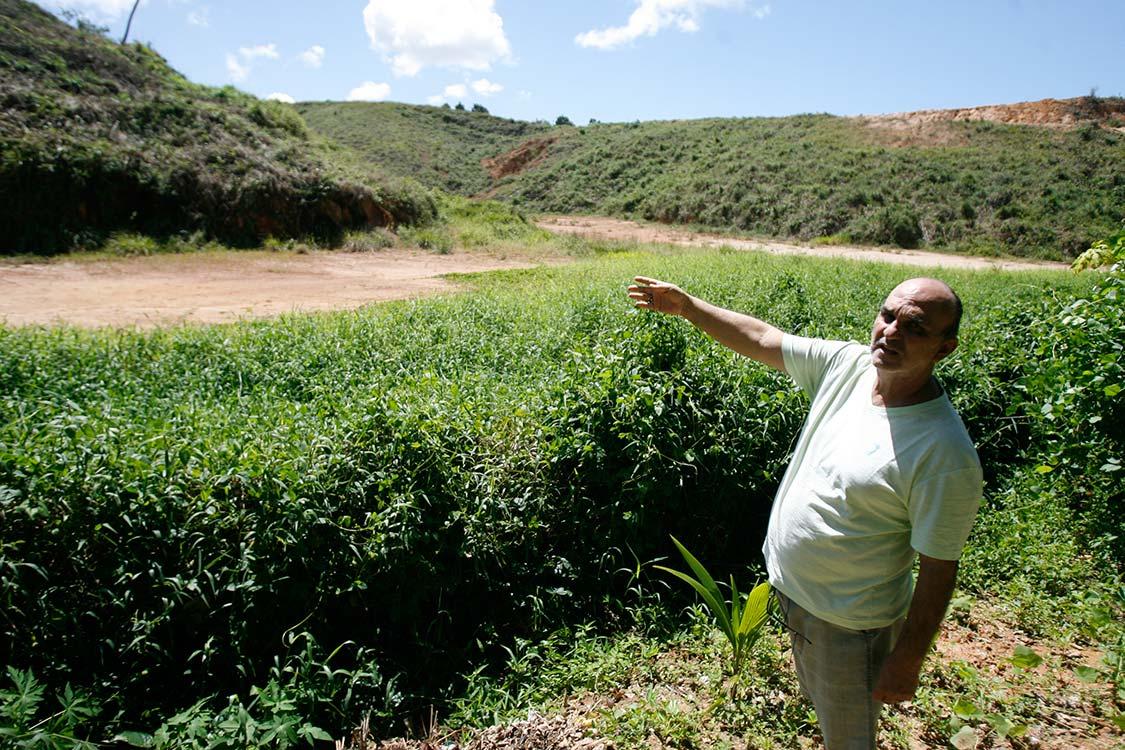 Tata Anselmo mostra desmatamento na região do Mokambo (Foto: Joá Souza | Ag. A TARDE)