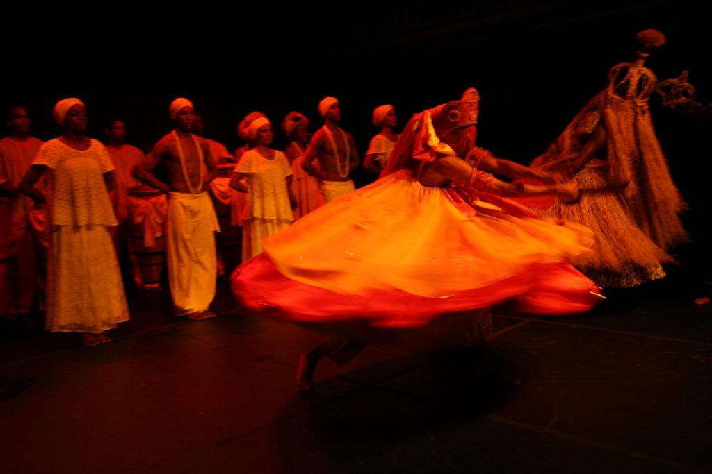 Primeira-dama Fátima Mendonça com representantes do Balé Folclórico apresenta Projeto Viver Bahia, que prevê apresentação de grupo de dança em escolas da rede estadual de ensino. Na foto: APRESENTAÇÃO DO BALÉ FOLCLÓRICO DA BAHIA Foto: Roberto Viana/ Agecom