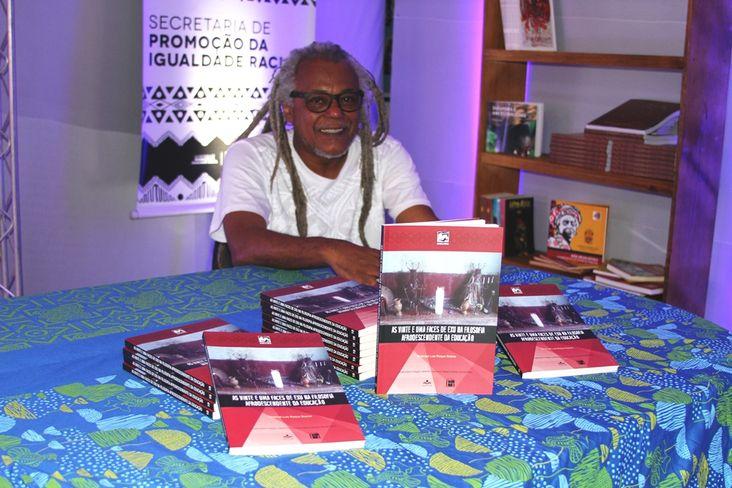 Emanoel Luís Soares' lançou 'As Vinte e Uma Faces de Exu na Filosofia Afrodescendente da Educação'