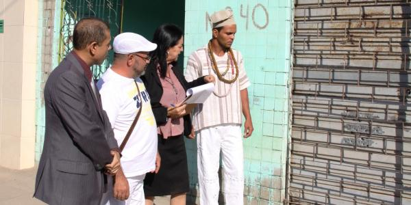 Promotor Flávio Gomes, Pai Manuel, delegada Maria Tereza e Pai Janerson observam estrago feito pelo disparo de espingarda (Foto: Sandro Lima)