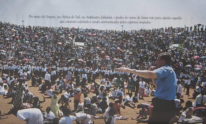 Livro lançado em 2002 mostra imagens de ritual da Igreja Universal na África - Agência O Globo