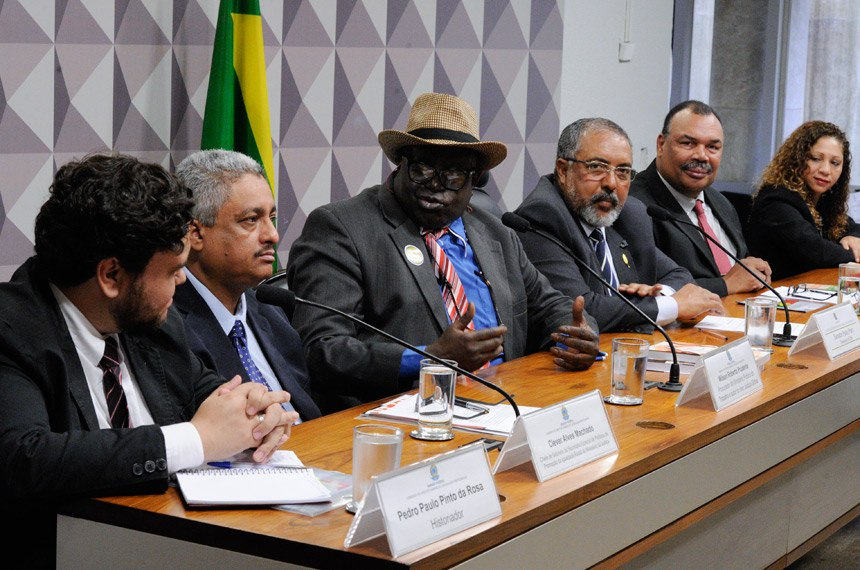 Ao lado do senador Paulo Paim (PT-RS), o procurador do Ministério Público do Trabalho Wilson Prudente (3º da esquerda para a direita) fala sobre cotas raciais. Edilson Rodrigues/Agência Senado