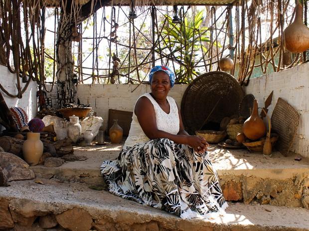 Adna Santos, conhecida como Mãe Baiana, posa para foto em terreiro de candomblé (Foto: Jéssica Martins/Divulgação)