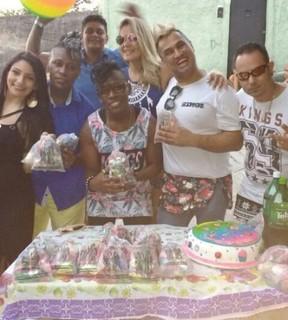 Pepê, Thalyta Santos e Neném em festa com o pai de santo no Rio (Foto: Arquivo Pessoal)