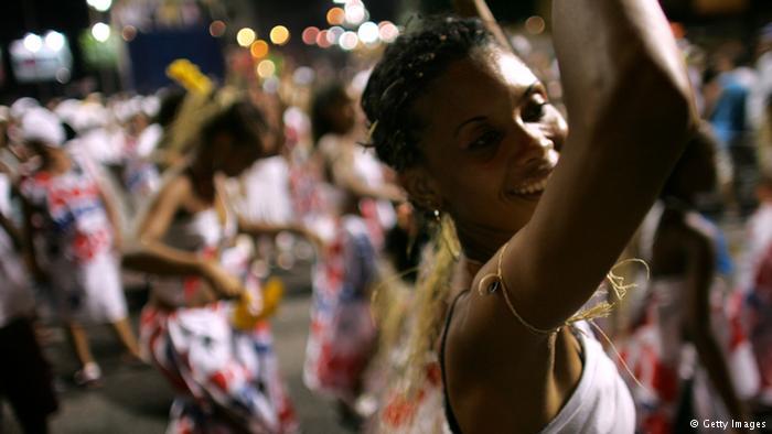 Brasileira no carnaval de Salvador, Bahia. A cidade foi um dos principais portos de entrada de escravos durante período colonial e fortemente influenciada pela cultura africana.
