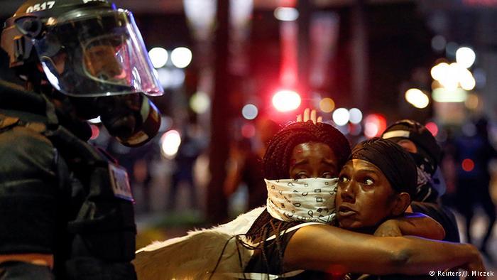 Policias norte-americanos e afro-descendentes em protesto nos EUA.