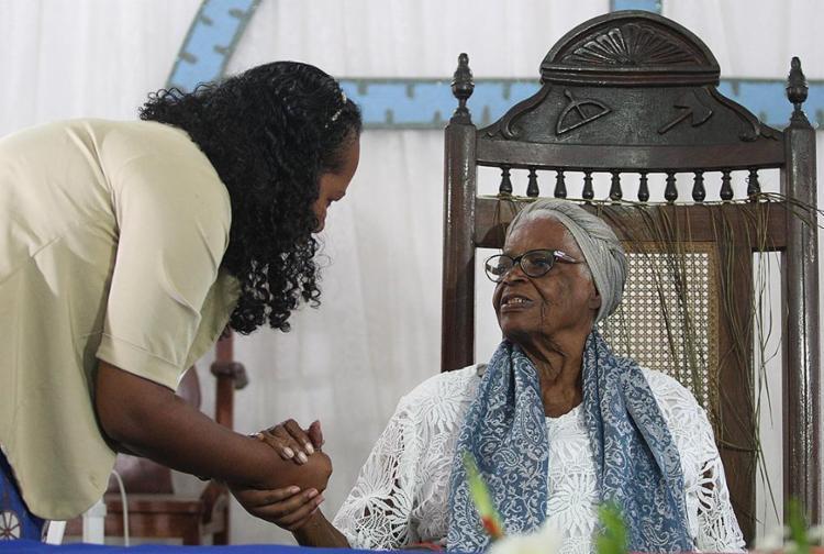 Visitantes fizeram fila para reverenciar e pedir bênção à sacerdotisa de 91 anos