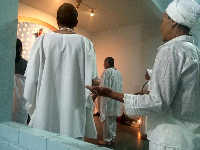 Durante o ritual na Tenda Espiritual Pai Benedito, momento em que o babalorixá se preparada para receber a entidade. Crédito: Isabel Debatin.