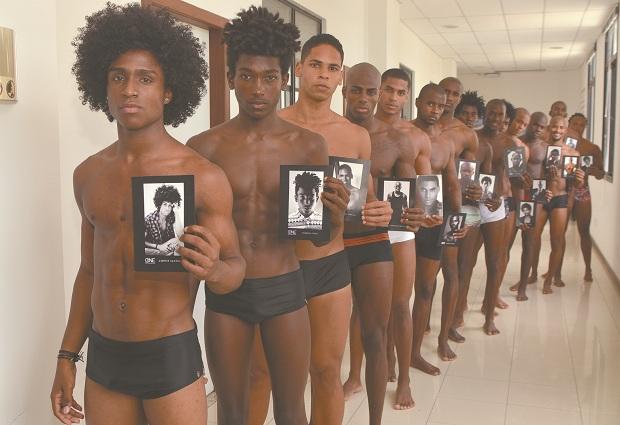 Time masculino de modelos da One Models. Agência produz há 18 anos o concurso Beleza Black, que lança jovens baianosno mercado de moda (Foto: Mauro Akin Nassor/CORREIO)